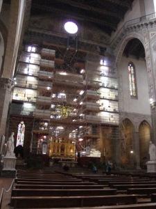 O altar estava sendo restaurado quando visitei