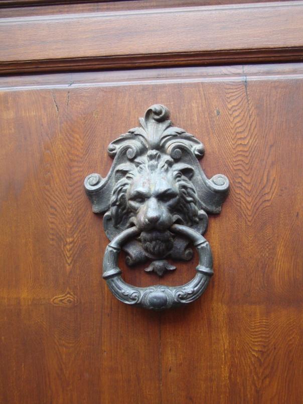 Adoro esses detalhes em portas!