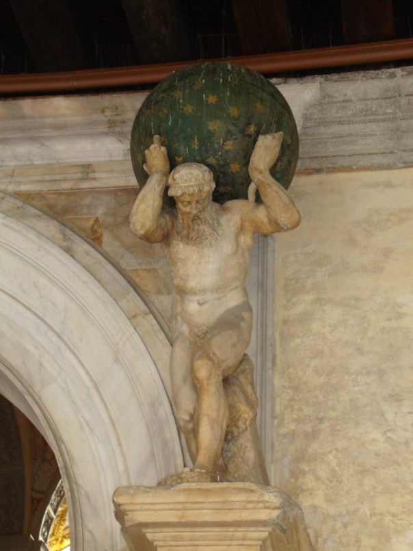 A famosa estátua de Atlas, logo no começo do Museu