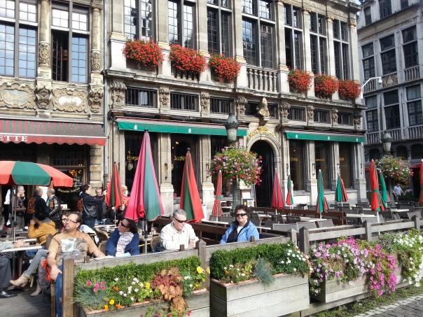 Muitos restaurantes com mesinhas nas calçadas